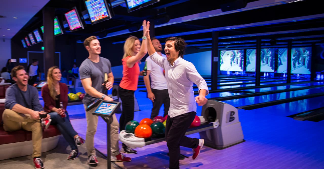 teenagere bowling jubelscene