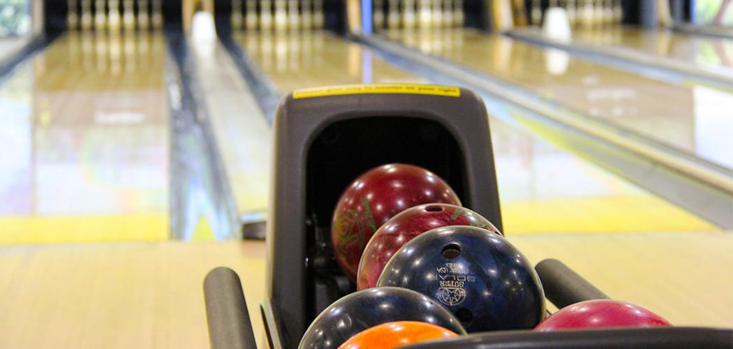 bowlingkugler i holder